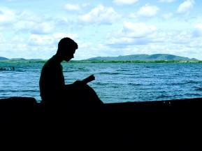 lendo-na-canoa